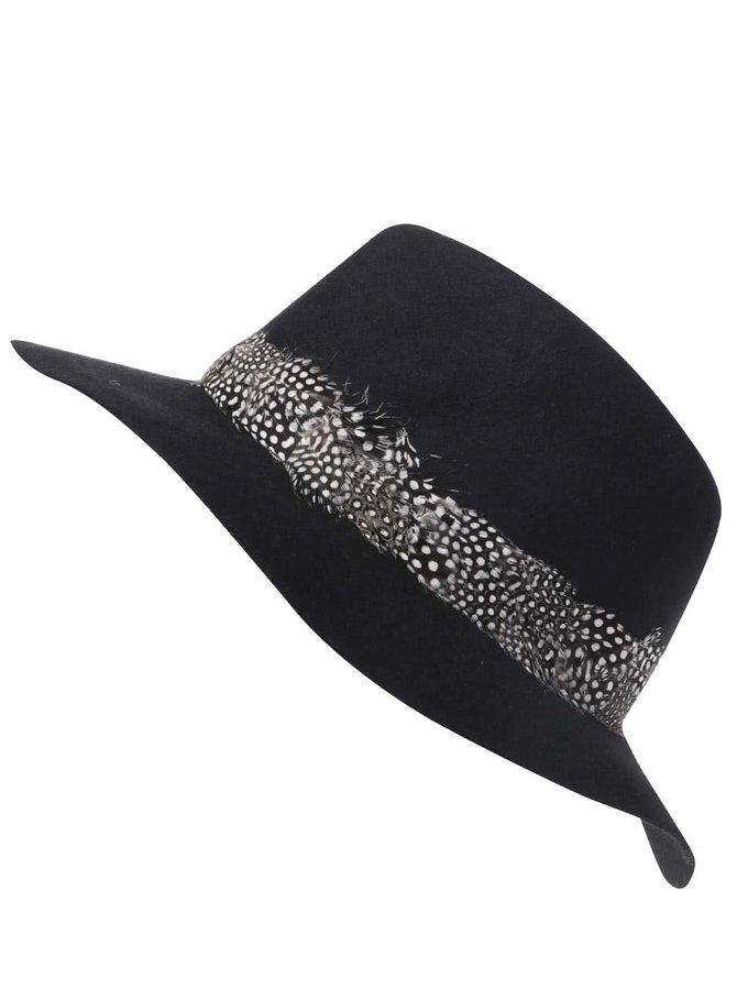Čierny klobúk s pierkami Pieces Town