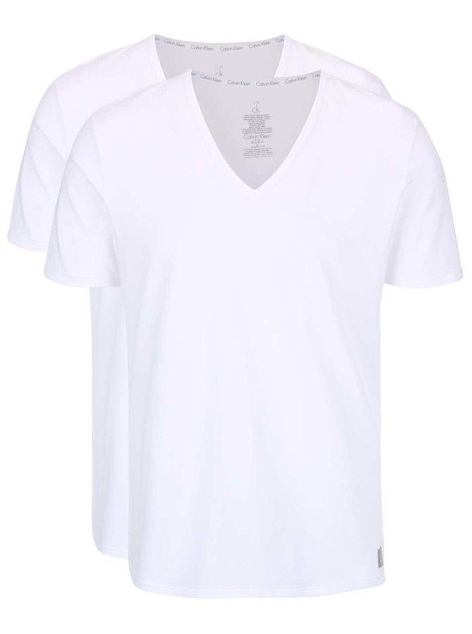 Sada dvou pánských bílých slim fit trik pod košili s véčkovým výstřihem Calvin Klein
