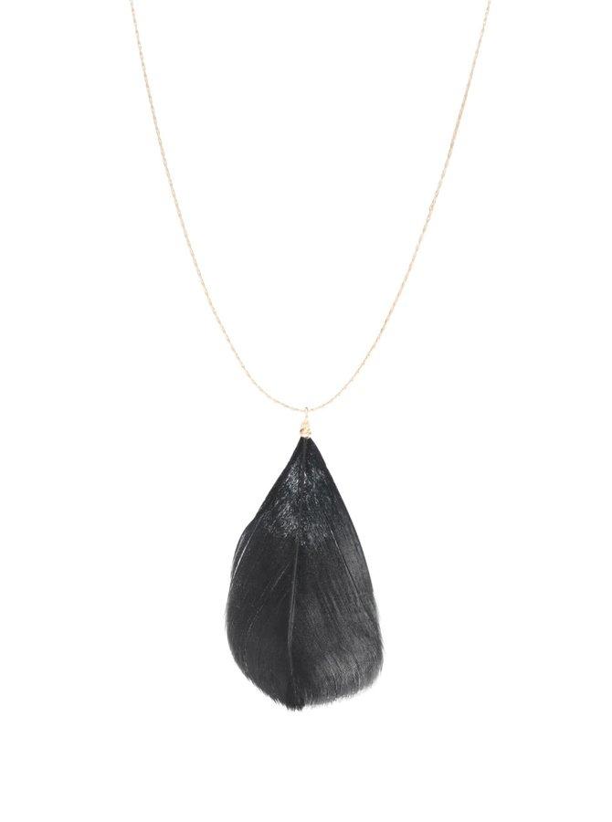 Dlhý náhrdelník v zlatej farbe s čiernym pierkom Pieces Plini