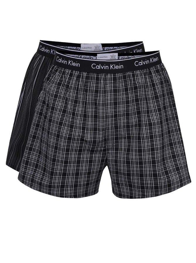 Sada dvou bílo-černých vzorovaných trenýrek Calvin Klein