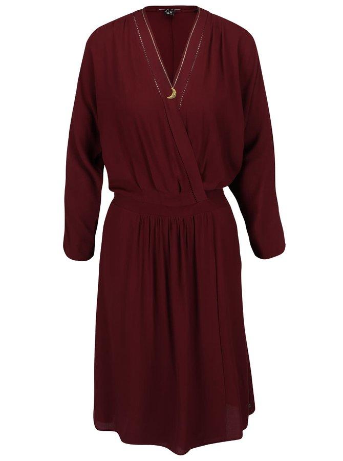 Vínové šaty s překládaným výstřihem Maison Scotch
