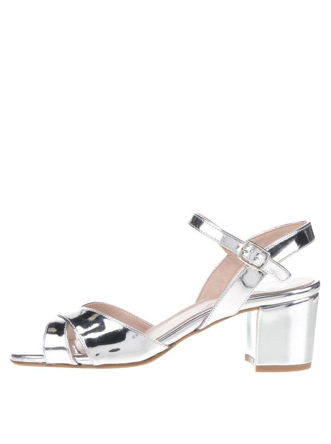 Lesklé sandáliky na podpätku v striebornej farbe OJJU