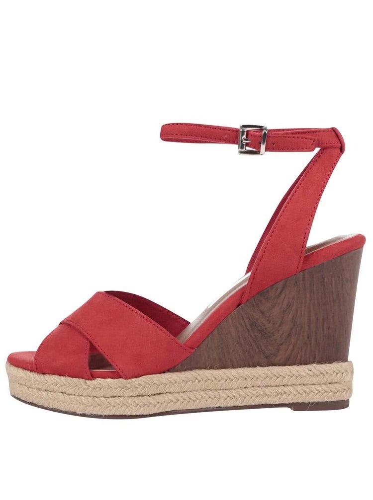 Červené sandály na klínku Tamaris