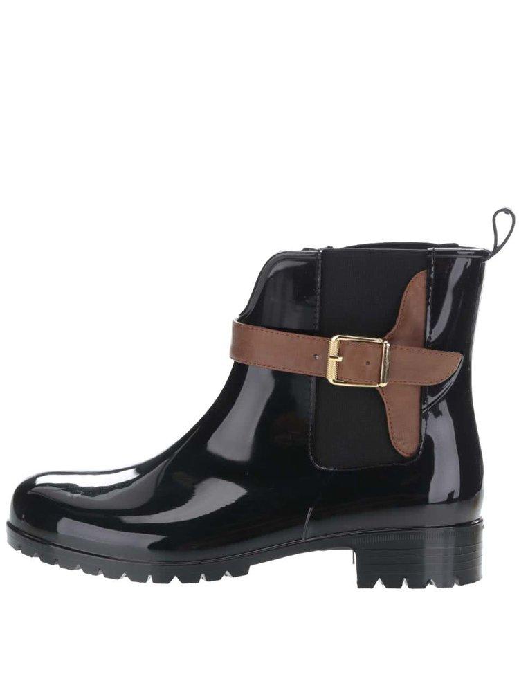 Černé gumové chelsea boty s hnědým páskem Tamaris