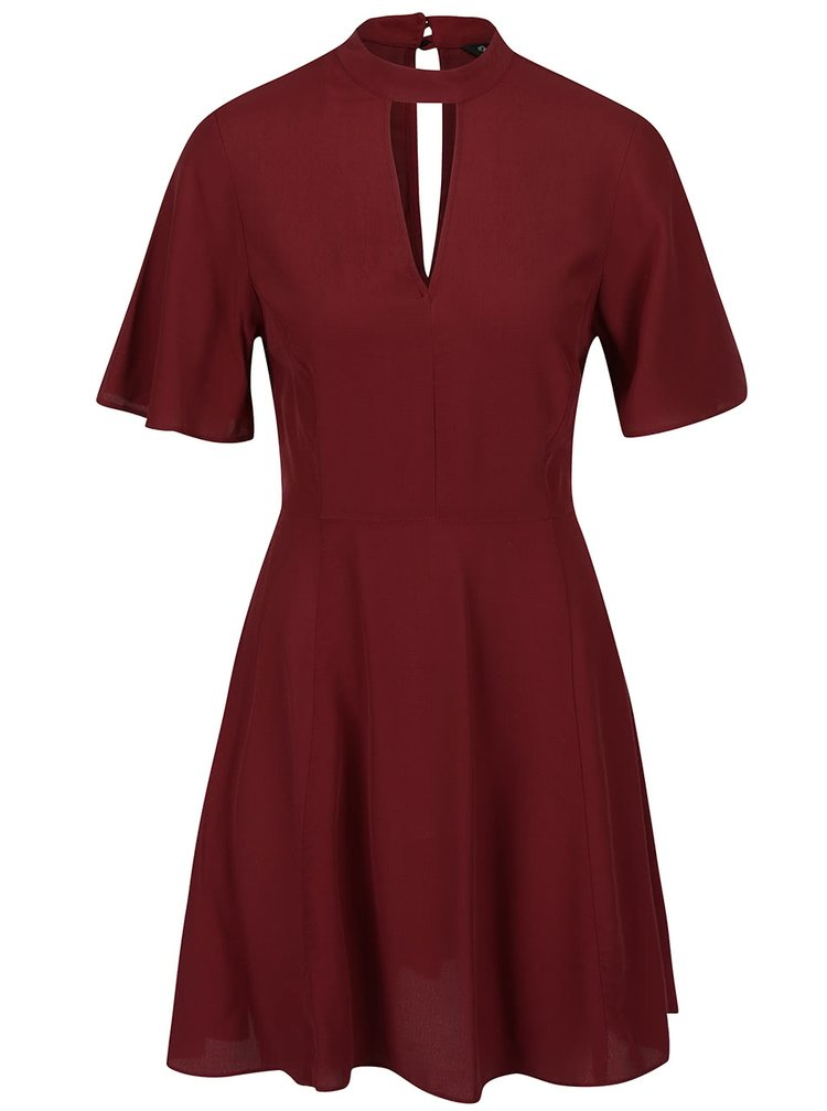 Vínové šaty s průstřihem v dekoltu Miss Selfridge