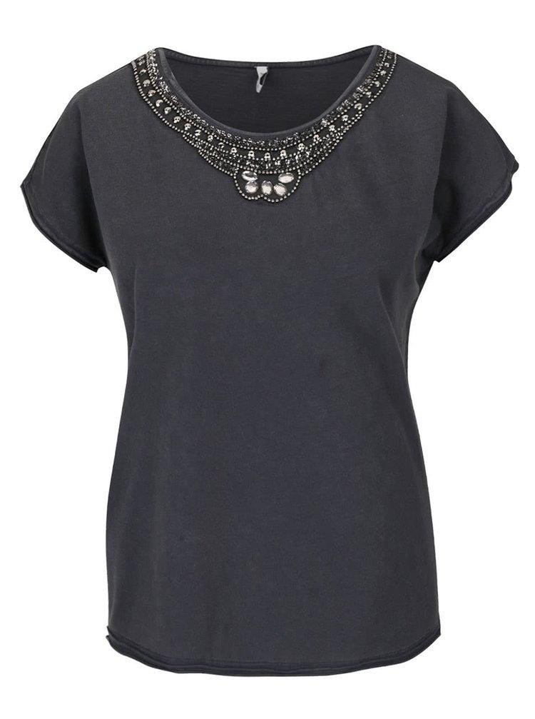 Tmavě šedé tričko s krátkým rukávem a aplikací kolem krku ONLY Peony