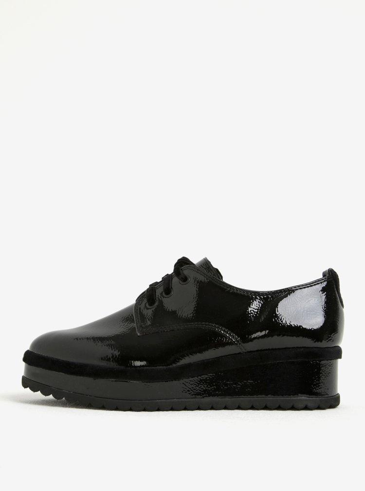 Pantofi negri cu platforma si aspect lucios - Tamaris