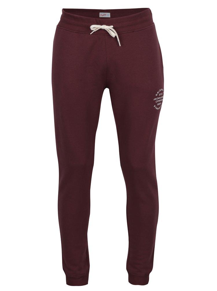 Pantaloni sport bordo cu print text Jack & Jones Originals Softneo