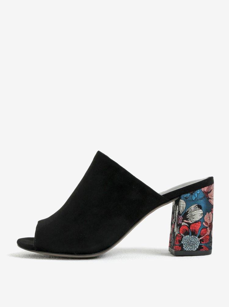 Černé pantofle v semišové úpravě na podpatku Tamaris