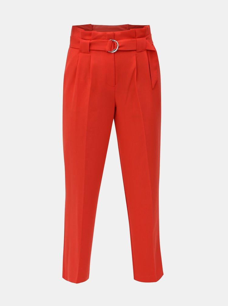Červené zkrácené kalhoty s vysokým pasem a páskem Miss Selfridge