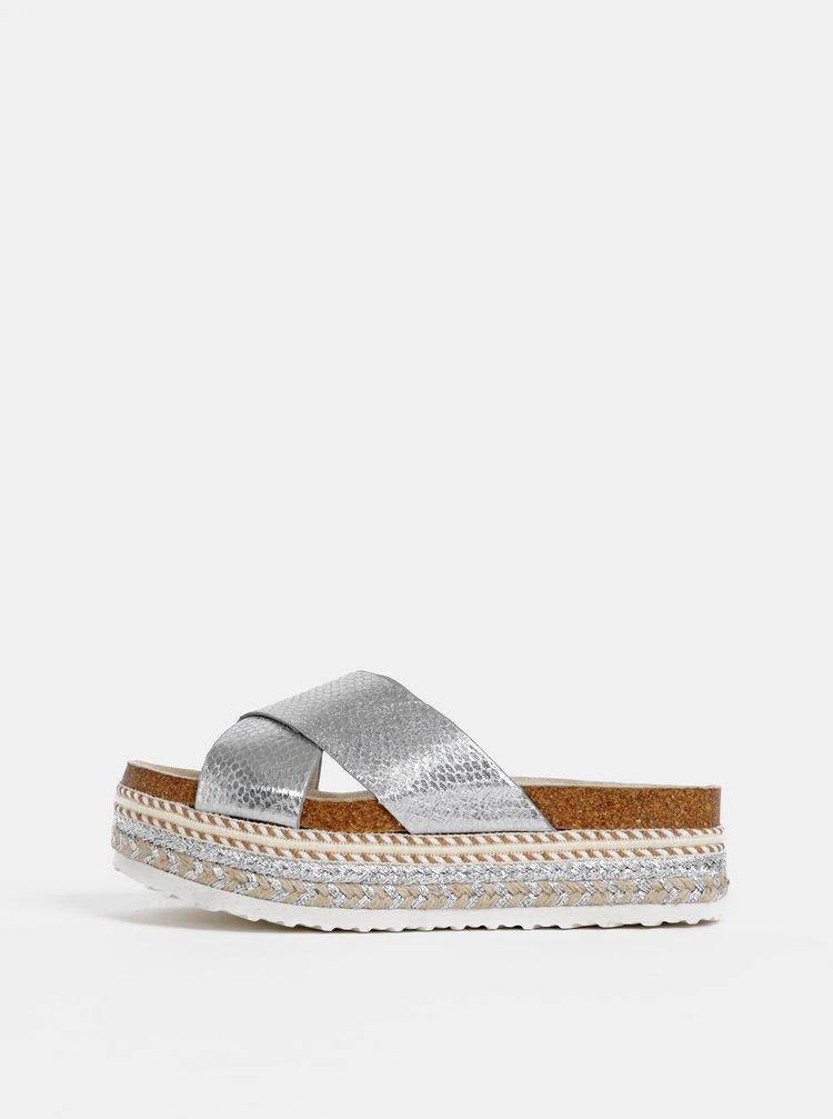 Metalické pantofle ve stříbrné barvě na platformě Dorothy Perkins