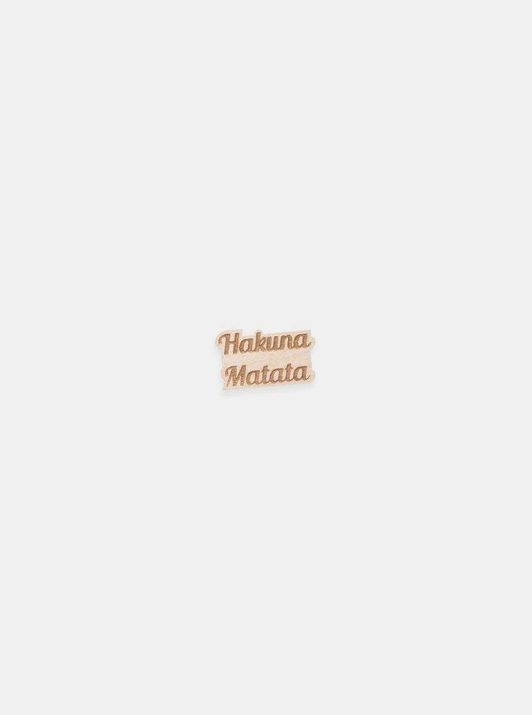 Dřevěná brož ve tvaru nápisu Hakuna Matata BeWooden
