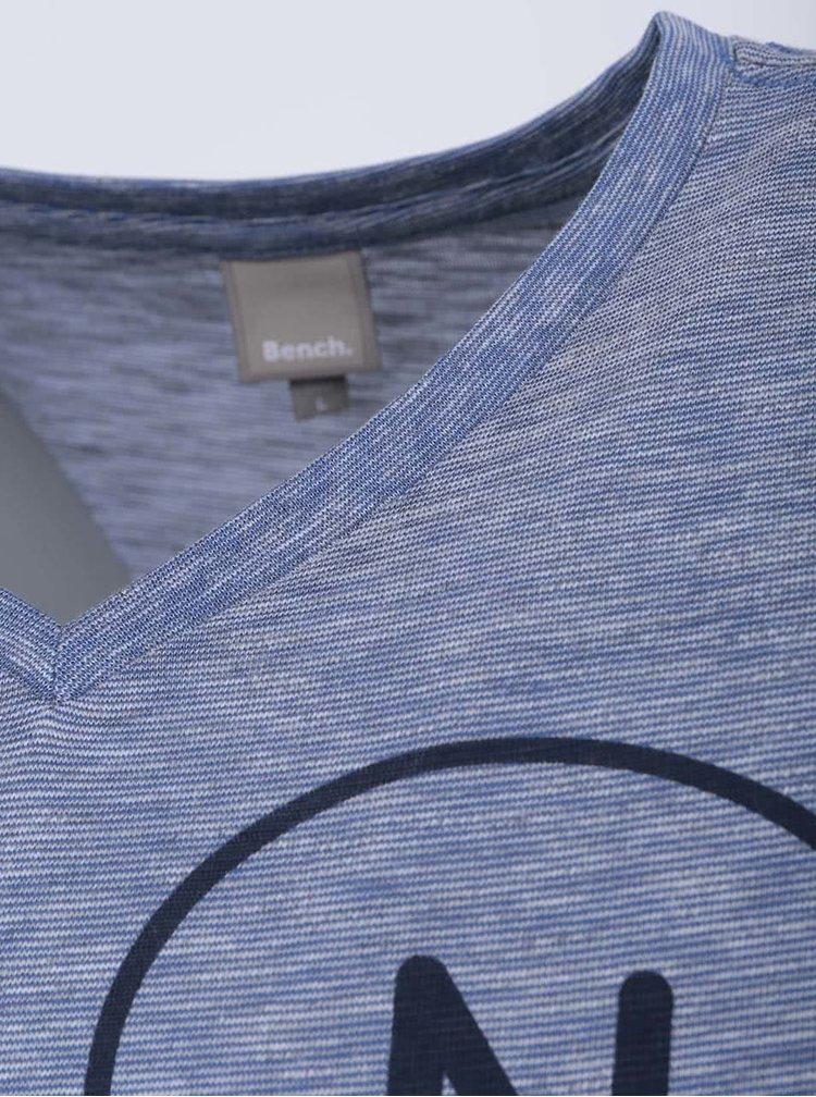Bílo-modré žíhané pánské triko s potiskem Bench Enjoy