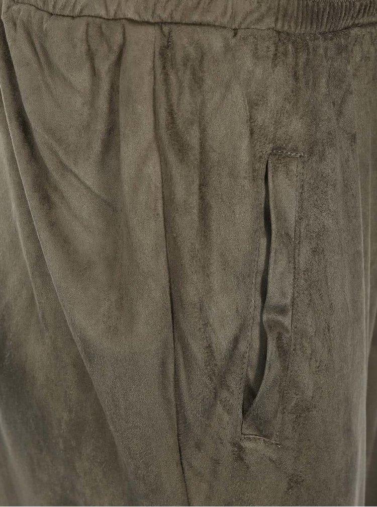 Khaki volnější kalhoty v semišové úpravě VILA Tristin