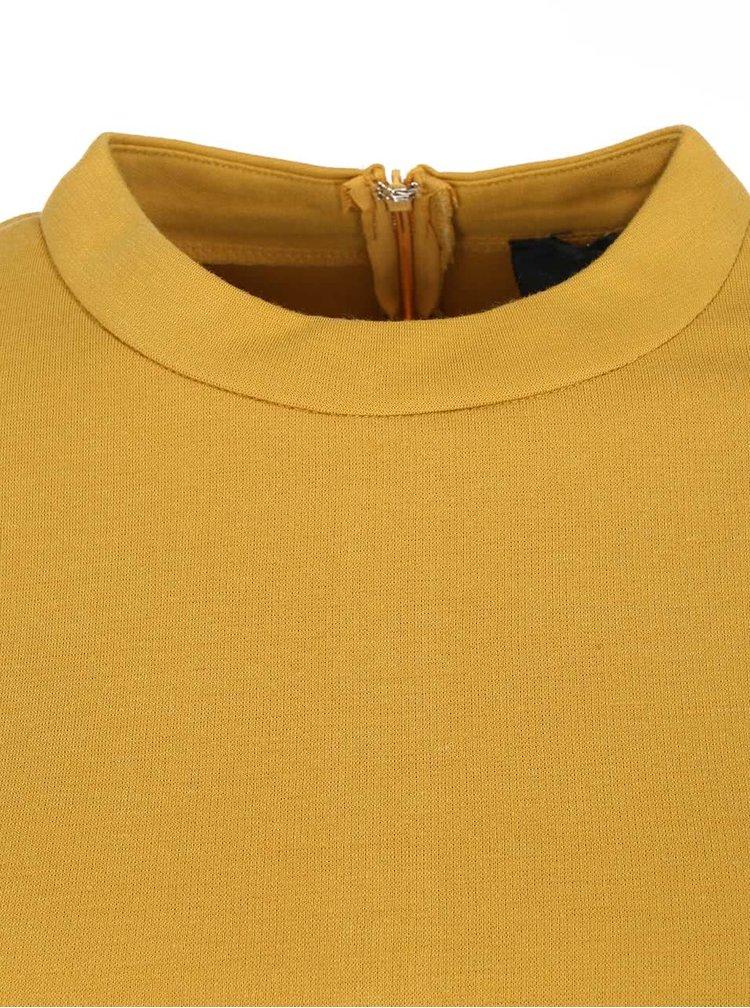 Horčicové priliehavé šaty s dlhými rukávmi AX Paris