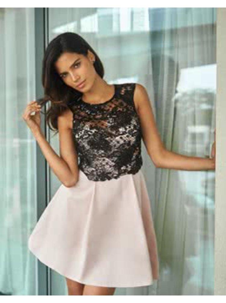 Svetloružové krátke šaty s čiernou čipkou Lipsy