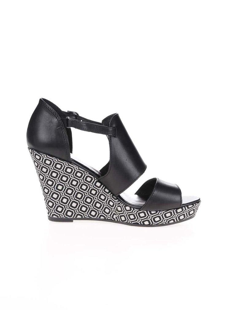 Čierne kožené vzorované topánky na platforme Tamaris