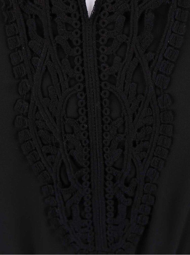 Černé šaty s krajkovaným dekoltem ONLY Carol