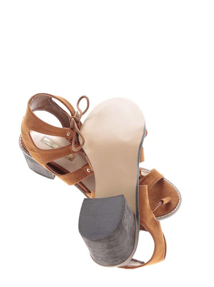 Světle hnědé sandály na podpatku v semišové úpravě Miss Selfridge