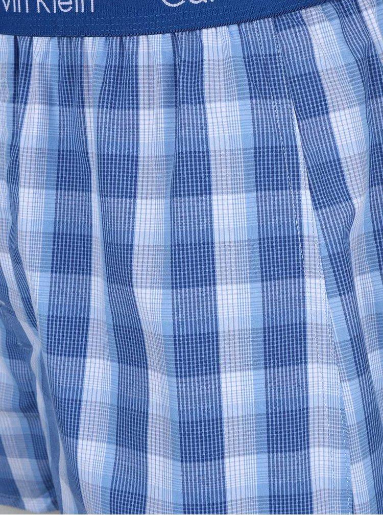 Sada dvou vzorovaných trenýrek v bílo-modré barvě Calvin Klein