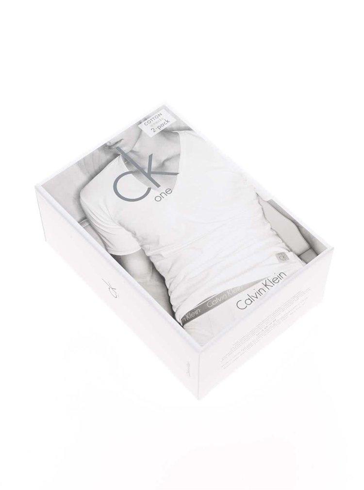Sada dvou pánských slim fit trik pod košili v černé barvě s véčkovým výstřihem Calvin Klein