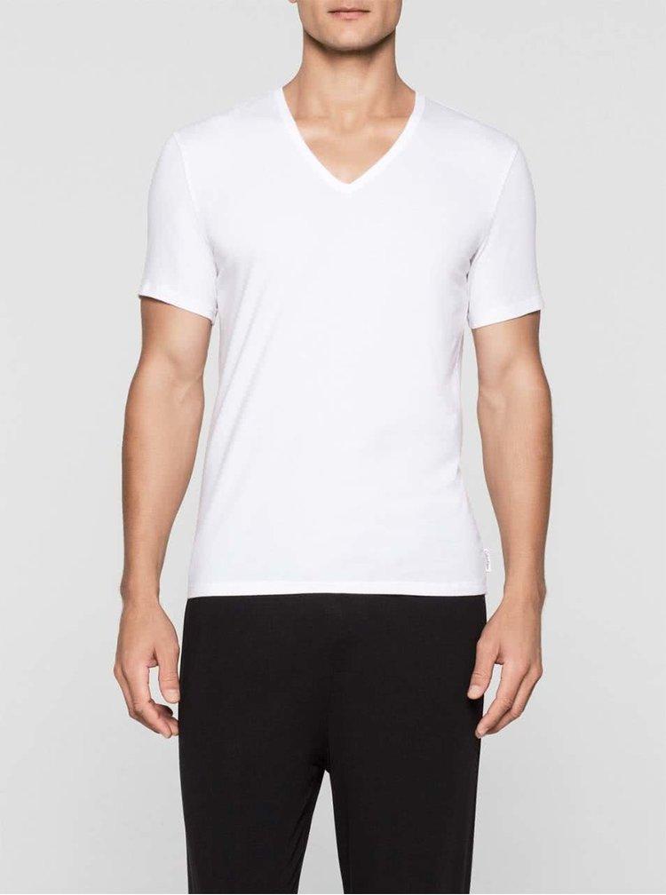 Sada dvou pánských bílých trik s véčkovým výstřihem pod košili Calvin Klein