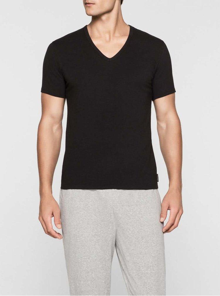 Sada dvou pánských trik v černé barvě s véčkovým výstřihem pod košili Calvin Klein