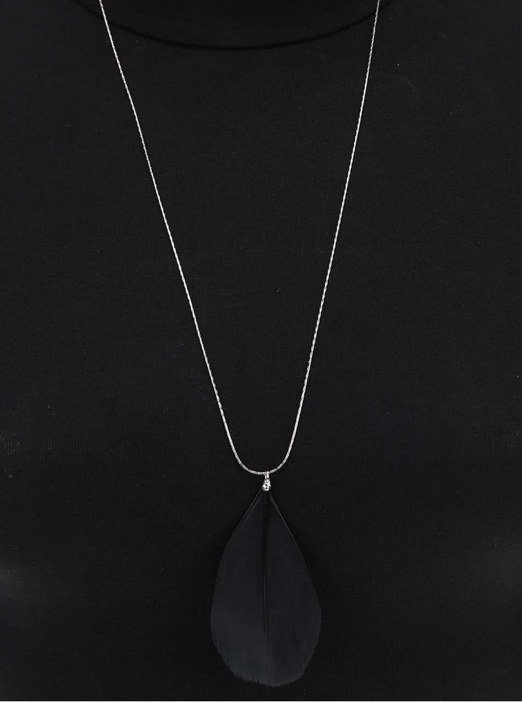 Dlouhý náhrdelník ve stříbrné barvě s černým pírkem Pieces Plini