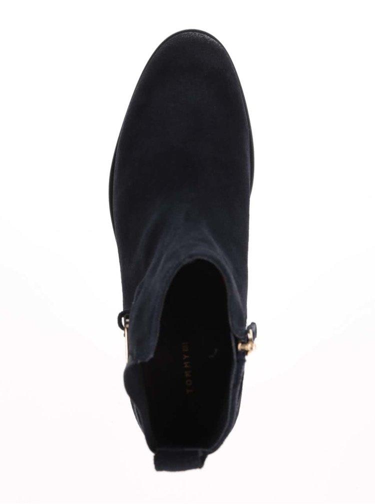 Tmavomodré semišové chelsea topánky na podpätku Tommy Hilfiger