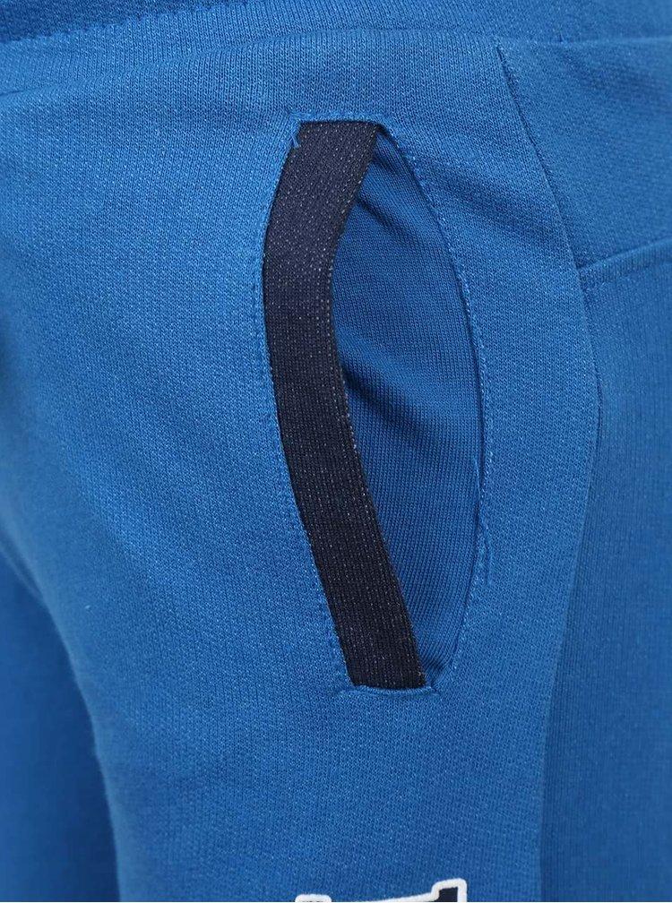 Modré klučičí tepláky s nápisem 5.10.15.