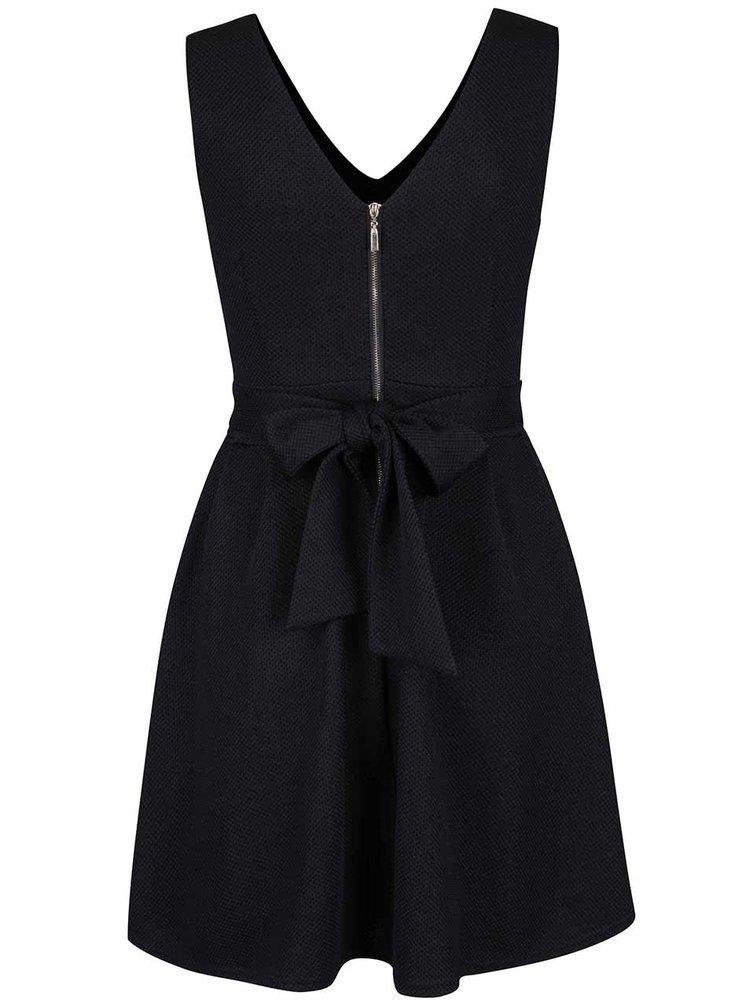 Čierne vzorované šaty s ozdobným výstrihom Mela London
