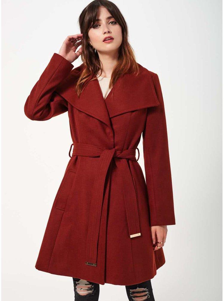 Cihlový kabát s páskem Miss Selfridge