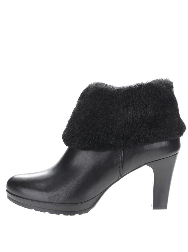 Čierne kožené členkové topánky na podpätku s kožúškom Tamaris