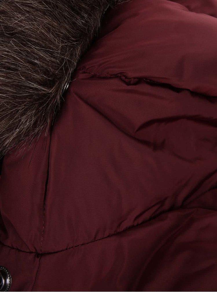 Vínová dámská prošívaná bunda s kapucí a umělým kožíškem Superdry