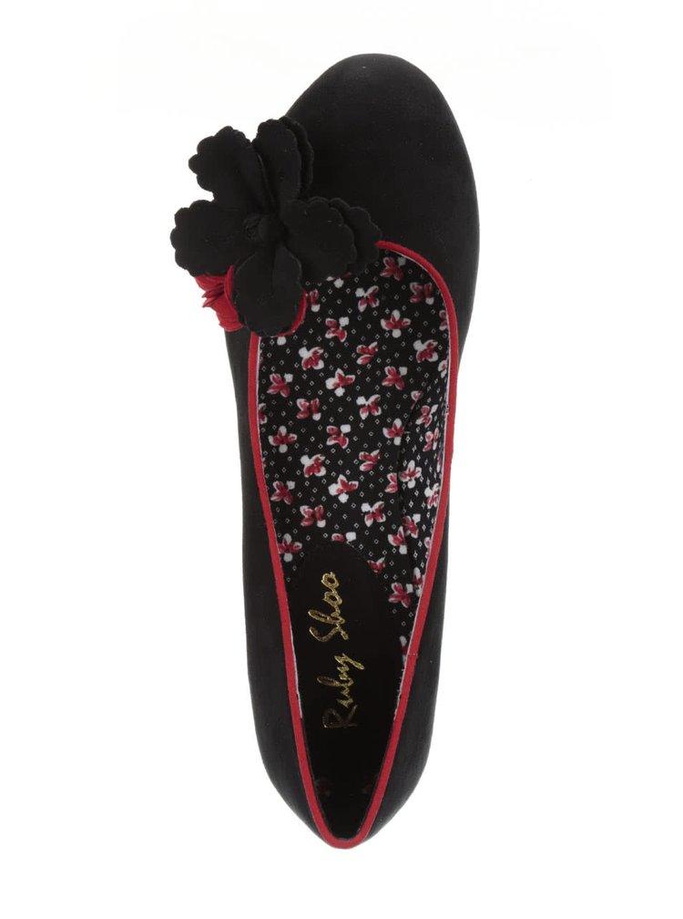 Černé lodičky na nižším podpatku s květinou Ruby Shoo Samira