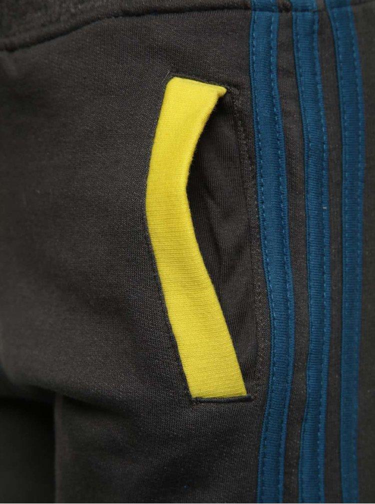 Tmavě šedé klučičí tepláky se žlutými detaily 5.10.15.