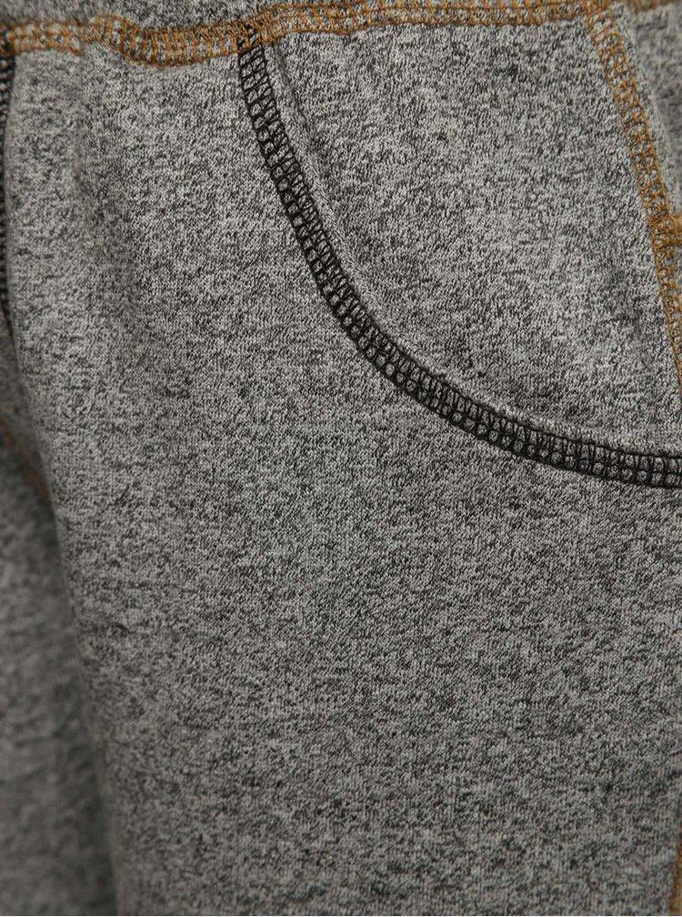 Světle šedé žíhané klučičí tepláky s nášivkami 5.10.15.