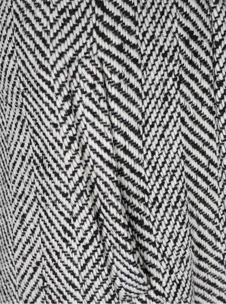 Čierno-biely vzorovaný kabát so zaväzovaním v páse VERO MODA Gippy