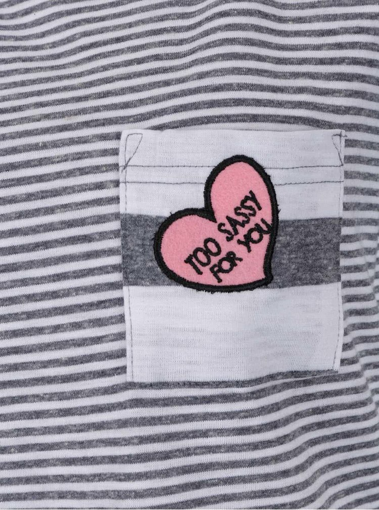 Bílo-šedé pruhované tričko s nášivkou VERO MODA Diana