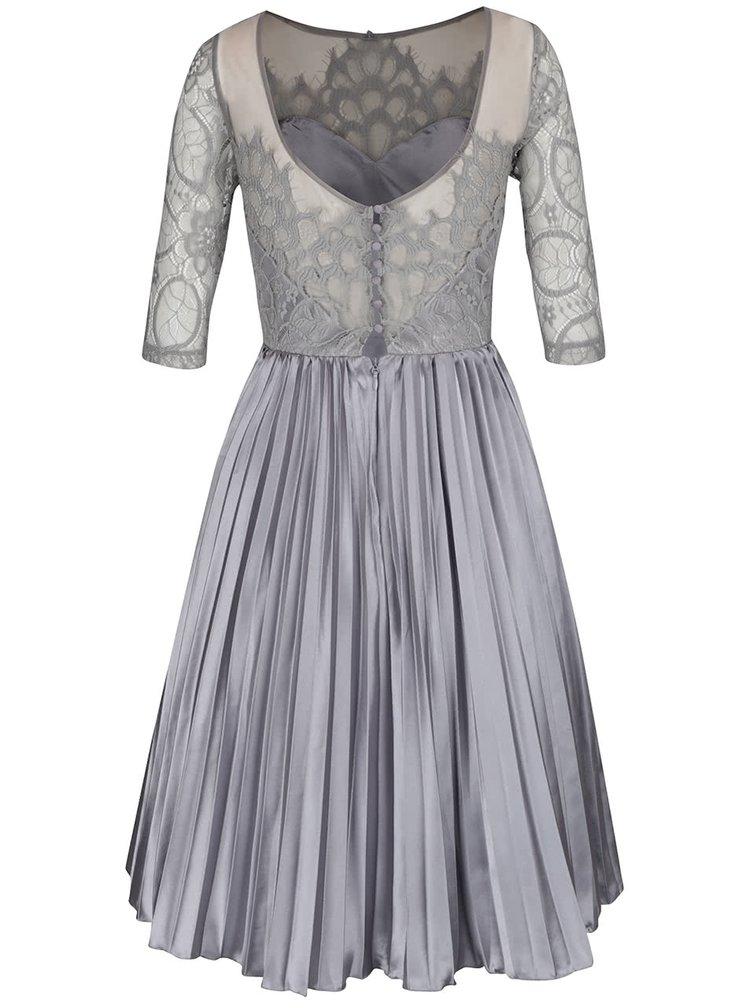 Šedé šaty s krajkovým topem a lesklou plisovanou sukní Chi Chi London Hilary