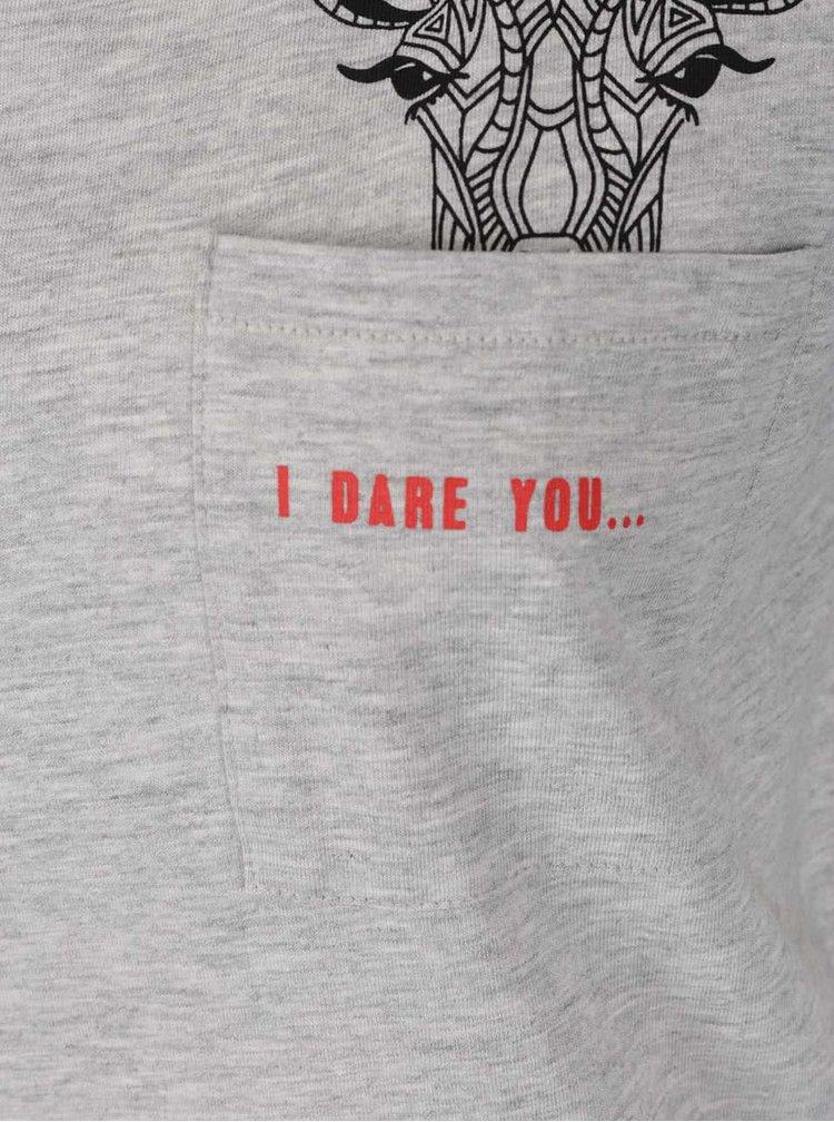 Šedé žíhané tričko s kapsou a potiskem ONLY Foxy