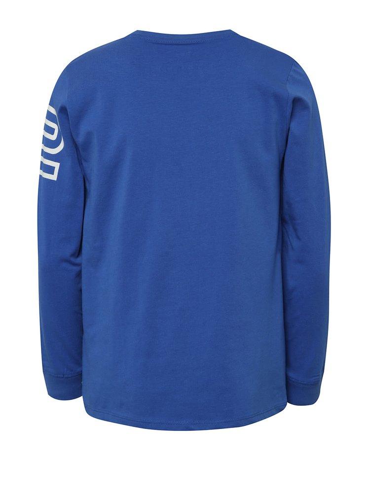 Modré klučičí triko s potiskem a véčkovým výstřihem 5.10.15.