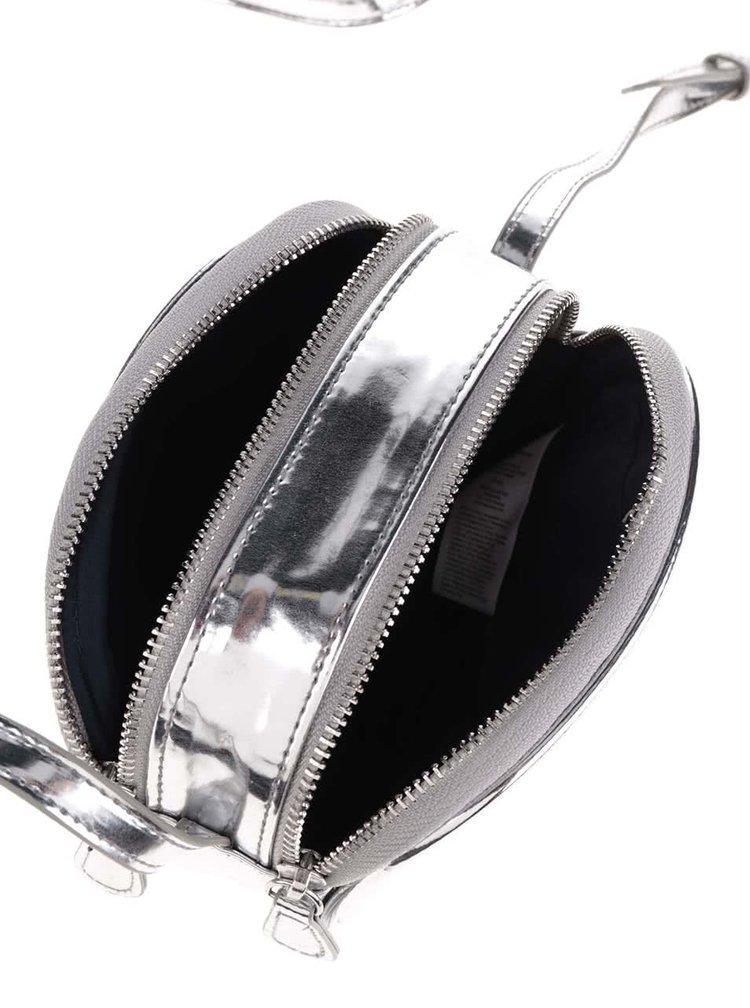 Lesklá crossbody kabelka ve stříbrné barvě Pieces Larissa