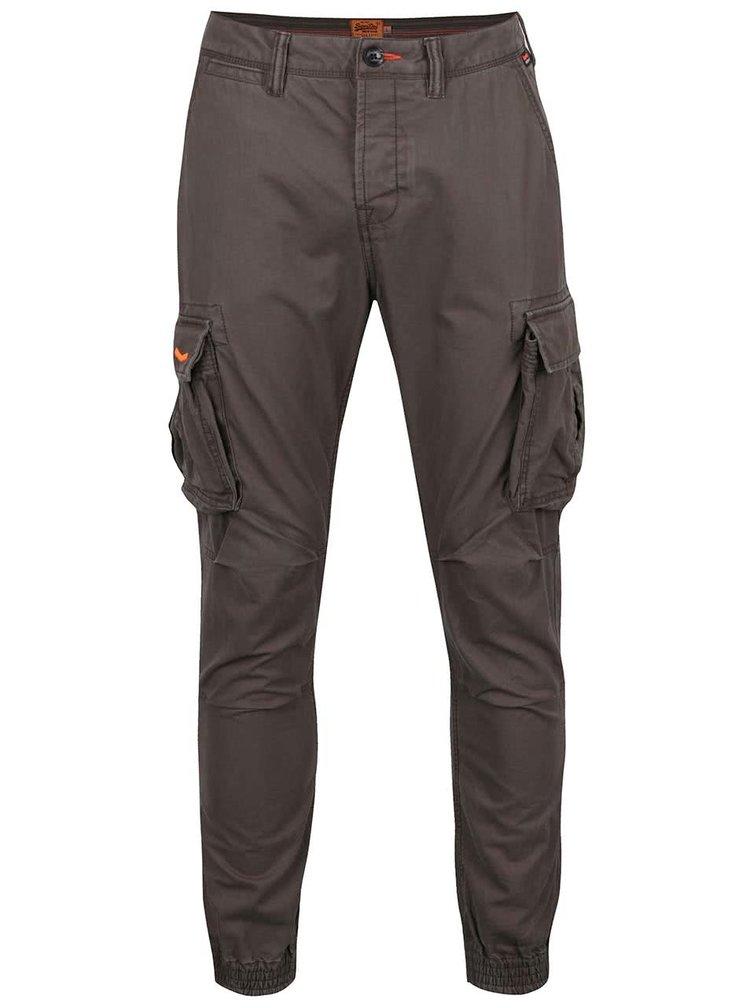 Tmavě šedé pánské kapsáčové kalhoty Superdry