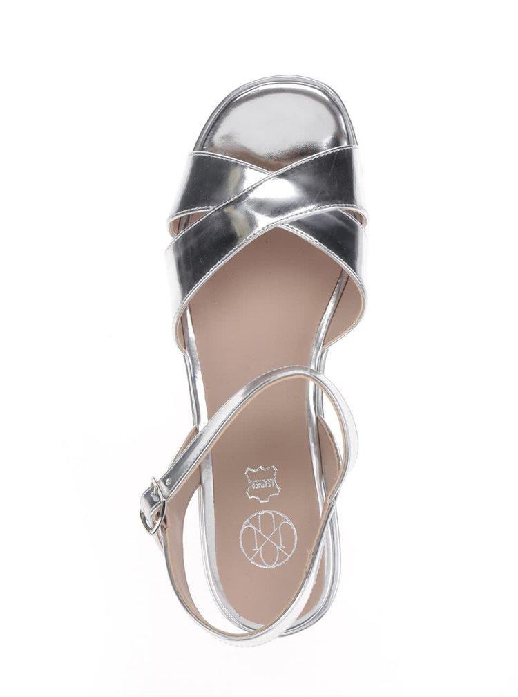 Lesklé sandály ve stříbrné barvě na platformě OJJU