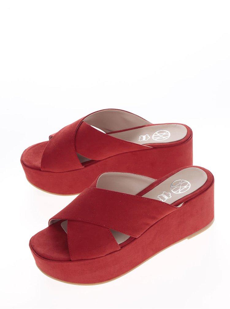 Červené pantofle v semišové úpravě na platformě OJJU