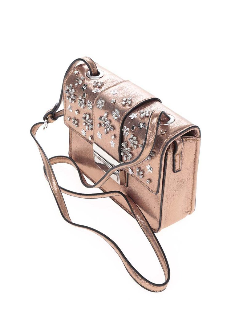 Malá kabelka v růžovozlaté barvě s aplikací Miss Selfridge