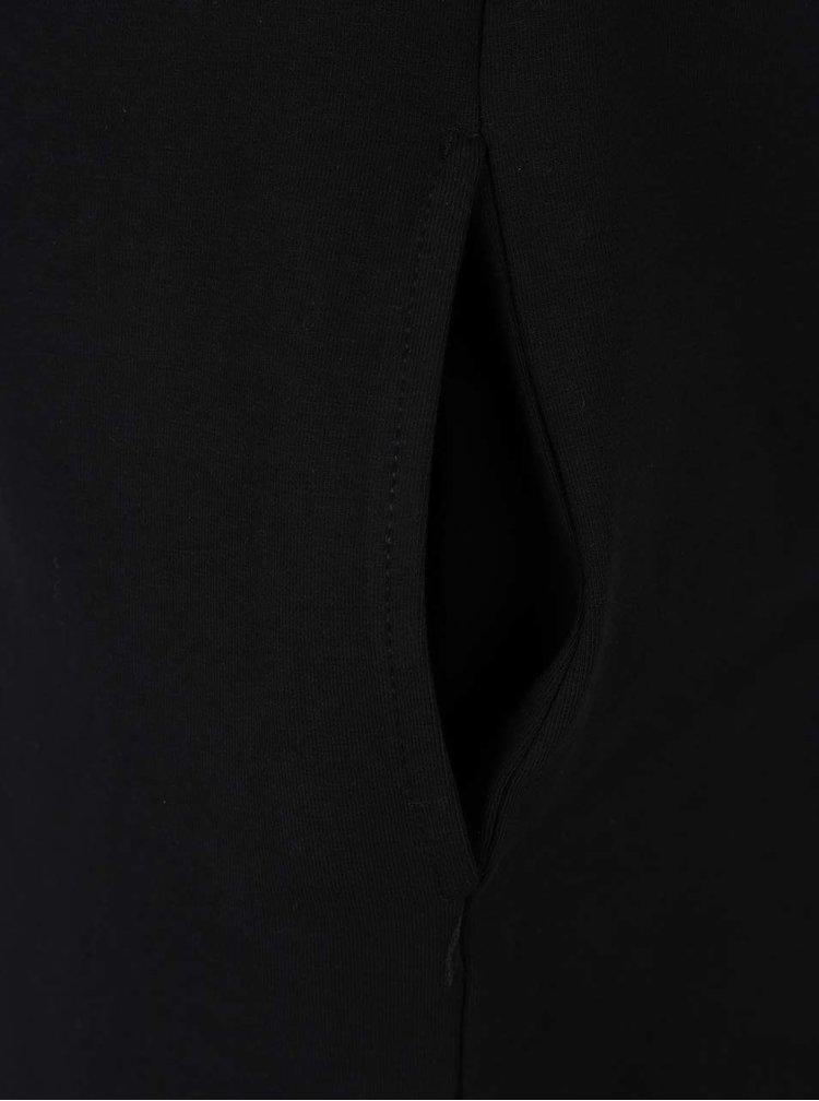 Černé šaty s lodičkovým výstřihem a barevnými pruhy Mikela da Luka