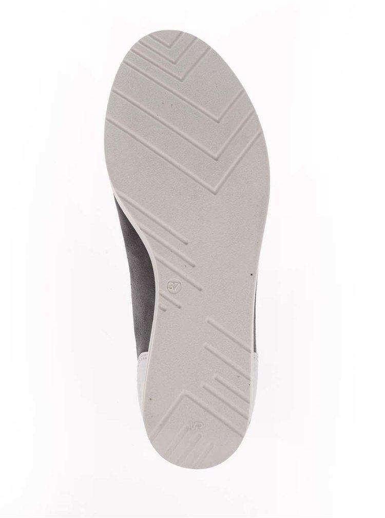 Šedé semišové tenisky na klínku s detaily ve stříbrné barvě Tamaris