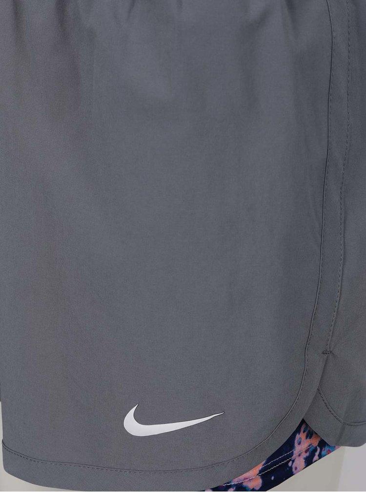 Šedé dámské funkční kraťasy s všitou elastickou vniřní částí Nike